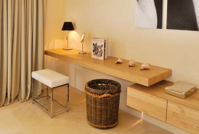 Mobilier des chambres réalisés sur mesure en placage Châtaignier épaisseur 2mm pour accentuer l'effet massif.