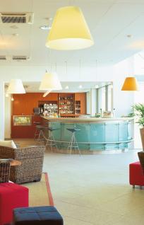 Bar- Structure médium verni. Façade extérieure en verre stadip sablé sur support inox, dessus en pierre, arrière bar en placage Mélèze verni naturel.