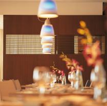 Salle du restaurant. Cloison en placage Acajou avec intégration d'un claustra bois.