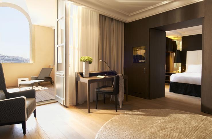 Chambres réalisées sur mesure avec placage grisé verni mat, dressing et meuble mini bar, niche en verre couleur or, séparation persiennées en Chêne massif teinté et salle de bain en verre sur mesure