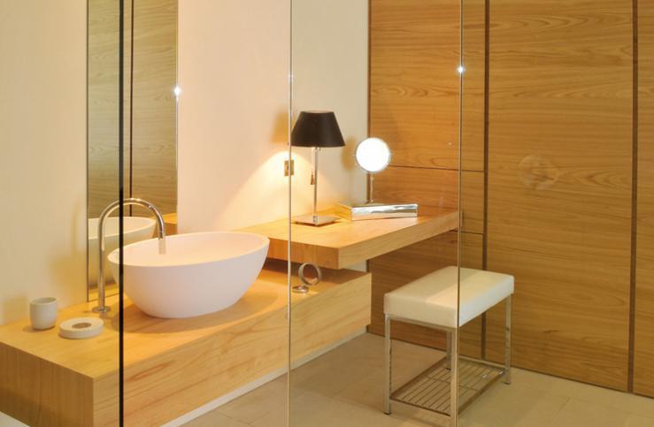 Salle de Bain. Meubles de salle de bain suspendus avec grands tiroirs.